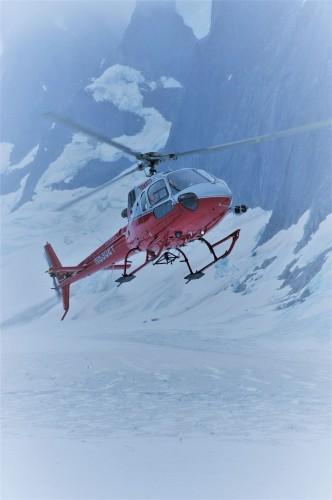 ヘリでメンデンホール氷河へ。