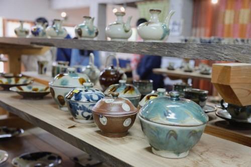 北窯売店に展示されている松田共司さんのやちむん。