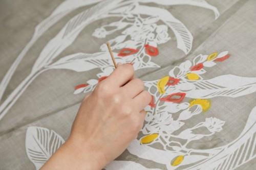 型抜きした布に配色を施す。