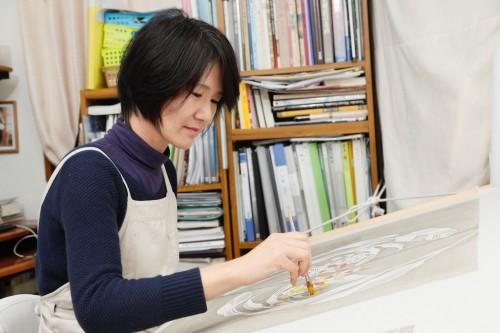 『紅型工房 染虫』を主宰する田中紀子さん。