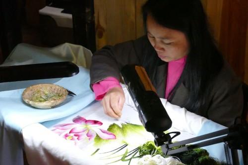 刺繍の実演をする女性 (C)Azusa Shiraishi