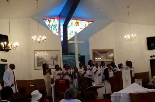 聖歌隊がゴスペルを披露。神を称えながら、音楽的にも聴かせてくれる。さすが、アメリカ南部の教会だ。