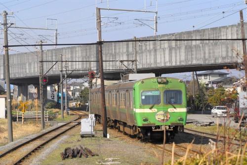 新幹線をくぐって到着。