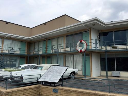 花輪が掲げられているのが、キング牧師が暗殺されたロレインモーテル306号室。バルコニーに出ていたところを狙撃された。室内は当日の様子が再現され、見学できる。