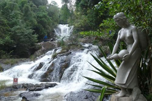 水量の多いダタンラ滝 (C)Azusa Shiraishi