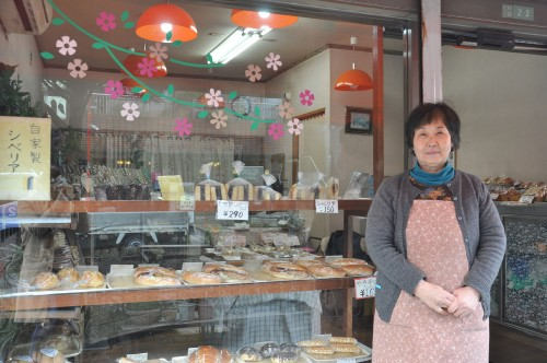 2代目ご主人の元へお嫁にきた広瀬竹子さんは販売を担当する看板娘。「シベリアを作るのはほんとに大変。え、レシピ? それはもちろん企業秘密よ(笑)」