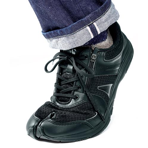 グイっと爪先に力を入れても、靴の中で足指が開いてしっかり踏ん張れる。ソックスは、足袋型か5本指のものを推奨。