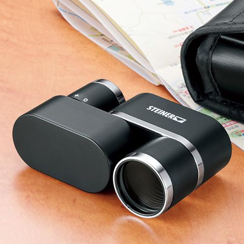 製造元のシュタイナーは、1947年にドイツで創業した双眼鏡で定評のあるメーカー。付属のケースはベルトに通せる。