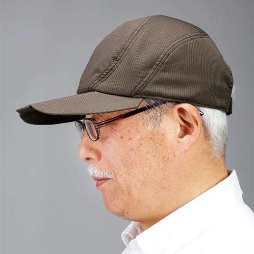 キャップとメガネやサングラスとの相性が格段に向上。ツバの付け根部分をカットすることで、メガネのつるとの干渉をなくした。