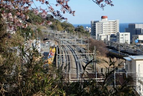 丹那トンネル上から来宮駅(右)