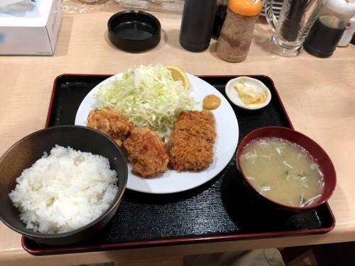 角煮カツに鶏から揚げ2つ付けて、プラス220円でお好み定食に。合計740円でずいぶんリッチな昼食になった。