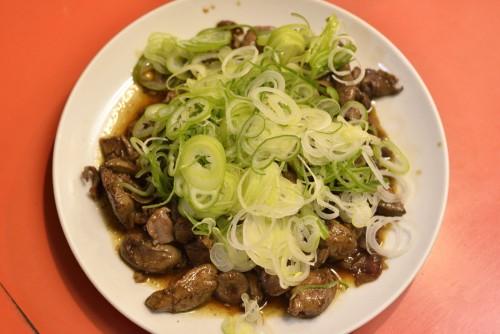 純レバは時々思い出したように食べたくなる、中毒性の高いメニュー。今や丼で1100円(ランチなら800円)、単品でも800円するが、その価値は充分ある栄養満点の珍味だ。