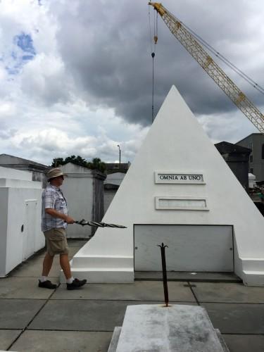 俳優のニコラス・ケイジが自分用に建てたという、ピラミッド型の墓。ガイドから、この形は彼が出演したアドベンチャー映画『ナショナル・トレジャー』から着想したのでは?との説明があった。