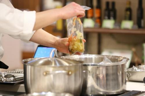 『ヒルズ・エピキュール』は湯煎で温めるだけの簡単調理で、レストランの味が自宅で気軽に楽しめます。冷凍パックにしたのは、保存料など添加物を一切入れずに家庭に届けたかったからだそう。