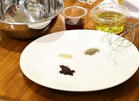 ●ケアリングフード流ドレッシング オリーブオイル:90ml/ワインビネガー:30ml/マキベリー:1g/チアシード:1g/塩:適量/コショウ:適量
