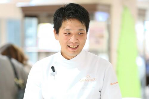 講師を務めた『エピキュール』オーナーシェフ・藤春幸治さん。フレンチやイタリアンのレストラン、有名外資系ホテル、海外にて研鑽を積み、2014年にケアリングフードを提供するレストラン『エピキュール』をオープン。