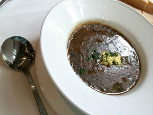 最初のひと皿に選んだ「亀のスープ」。食べる直前に、シェリー酒をかける。