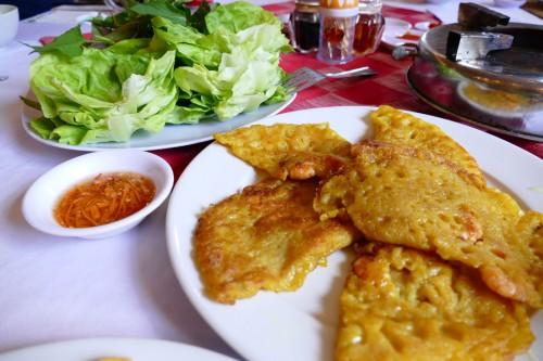ベトナムのお好み焼き「バインセオ」 (C)Azusa Shiraishi