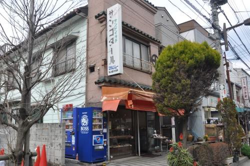 昭和20年の東京大空襲で焼け落ちたため、戦後に建て直した店舗は「表が洋風、裏が和風」という看板建築。