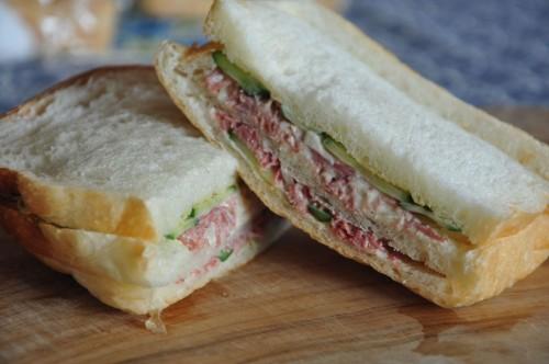 もちろん定番のサンドイッチも悪くない。マヨネーズで和えて、玉ねぎやキュウリなどお好みの野菜を添えて。