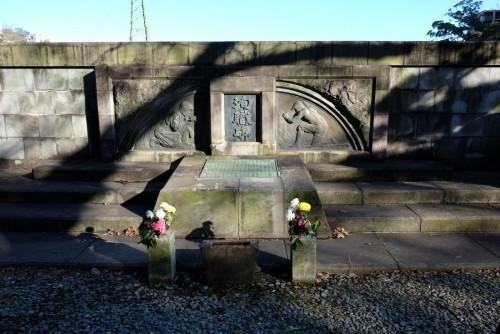 丹那トンネル上の「殉職碑」