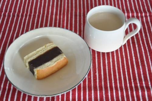 シベリアとカフェオレ。さっぱりと甘すぎず、後をひくおいしさ。コーヒーとの相性がよいようだ。