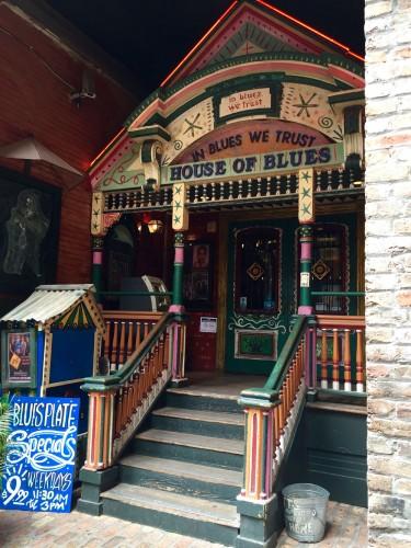 有名ライブハウス『ハウス・オブ・ブルース・ニューオリンズ』の内装は、ブードゥーがテーマ。入り口も色鮮やかで、摩訶不思議。