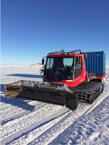 コンテナを引く雪上車