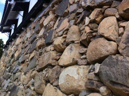 城の石垣の基本の積み方と、意外すぎる石材調達法 | サライ.jp|小学館 ...