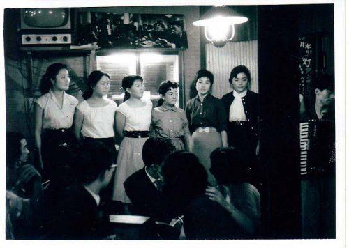 歌の灯を絶やさず63年!東京・新宿の歌声喫茶『ともしび』が大切に ...