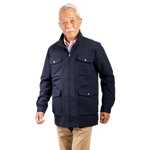 アウトドア用のフィールドジャケットをベースに、高機能ながらシンプルなデザインに仕立てた。チノパンやジーンズによく似合う。