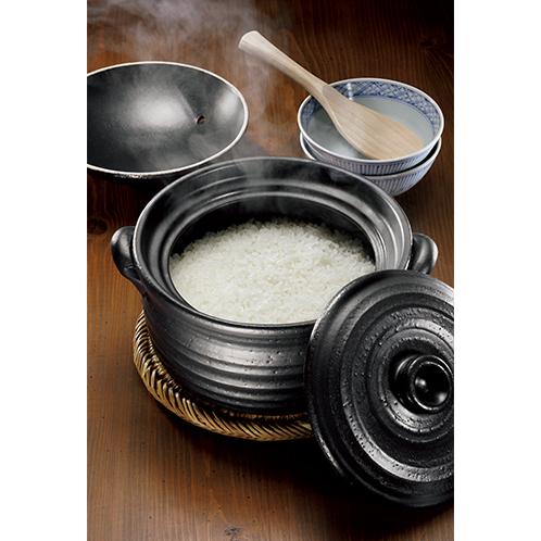 湯気の向こうにピカピカのご飯が現れる。購入後に小麦粉を溶いた湯を煮立てて「目止め」をしておくと焦げ付きを防ぎ、カビが生えにくい。ガスの直火とIHコンロに対応。