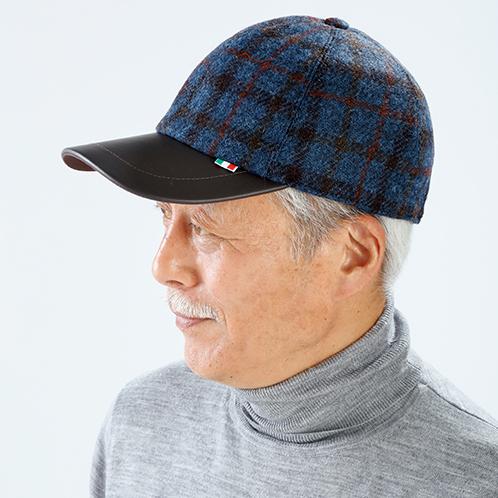 写真=ネイビー 街歩きやウォーキングの帽子として、カジュアルなシーンで活躍する。帽子の後部のベルトでサイズ調整が可能。