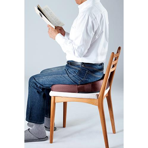 写真=ブラウン。 普段使いの椅子に置くだけ。臀部を支えることで座骨に集中する体の圧力を分散、腰にかかる負担を軽減する。