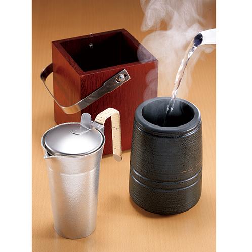 陶器に湯を注いでちろりを浸せば、常温の酒1合が2〜3分で飲みごろとなる。陶器の大きさは径10.5×高さ14cm。