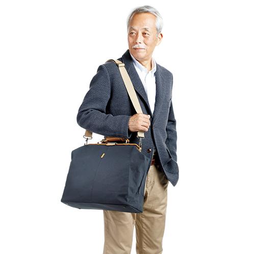 外出着に合わせやすい端正な外観。付属のショルダーベルトを使えば2ウェイで使える。帆布鞄としては軽く、移動時の負担を軽減