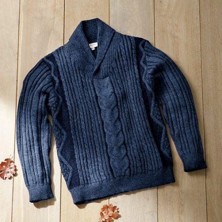 アルパカ毛は繊維が長く、絹のような光沢がある。色はネイビー。
