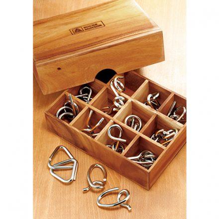 マス目に区切られた木箱に、様々な形の12種の知恵の輪が収まる。親しい人へ誕生日やクリスマスのプレゼントにしても喜ばれるだろう。