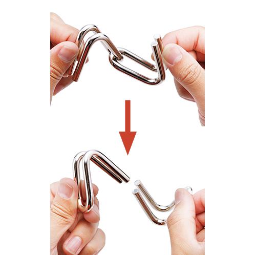 大きなサイズで扱いやすく、指先の運動にもなる。写真のように簡単に外れるものから複雑な絡み方に悪戦苦闘するものまで、バラエティ豊かに用意される。
