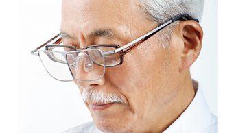 写真=シルバー 眼鏡の上からかけられる。倍率は1・6倍と1・8倍。