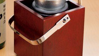 付属のちろりも能作による錫製。熱伝導率がよく素早く燗がつけられる。