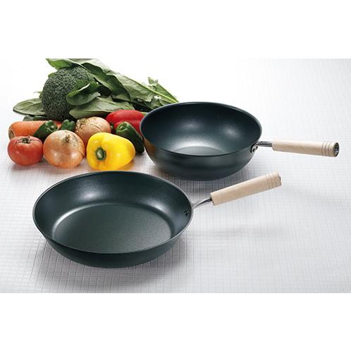 26cmのフライパンと煮物にも使える炒め鍋。