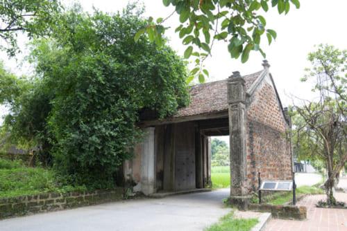 村の入り口にあるモンフ門は木造モルタル造り。昔はここに扉が付いていた。