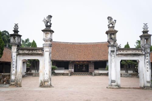 村の守護神を祀るモンフ亭