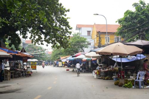 ずらりと並ぶ露店。この村で一番賑やかなエリア。