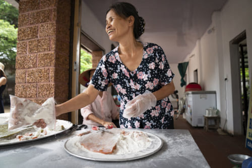 ドゥオンラム村の名物「チェーラム」というピーナツと生姜入りのお餅のお菓子も。