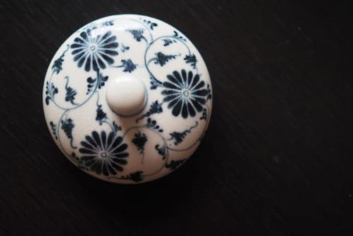 日本の茶人からのオーダーで根付いたバッチャン焼きの代表的な菊の絵柄。