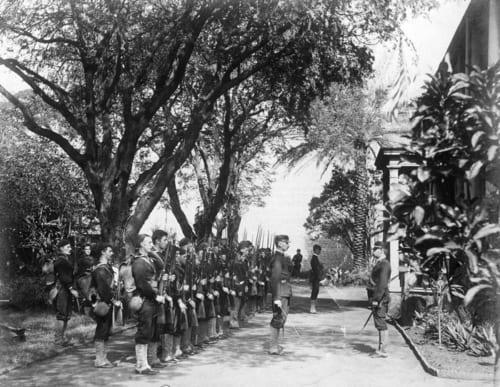 イオラニ宮殿を取り囲む戦艦ボストンの陸戦隊(Wikipedia)