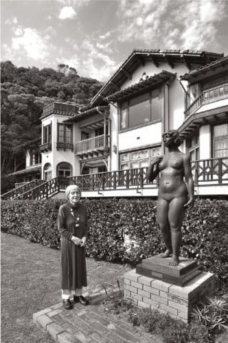 旧前田侯爵家の別邸だった鎌倉文学館の前庭で。自宅から細い路地を抜け、散歩がてら来られる。「ここから見る海は抜群よ」