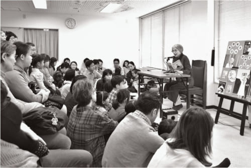 鎌倉文学館で催す「朗読とお話の会」(※原則として毎月最終土曜日の11時〜12時に開催。子ども優先。鎌倉文学館/神奈川県鎌倉市長谷1-5-3 電話:0467・23・3911)は3年目を迎えた。「自分の作品を、自分の声で読み聞かせるのもいいかなと始め、改めて、読者と向き合っています」